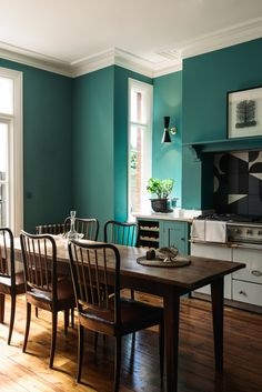 A new kitchen in a London Edwardian house features deVol Shaker-style cabinetry in turquoise and Barber & Osgerby bold Puzzle tile backsplashes. House Of Turquoise, Turquoise Kitchen, Green Kitchen, Kitchen Colors, Big Kitchen, Design Kitchen, Kitchen Dining, Kitchen Island, Kitchen Ideas