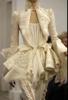 fashion details The pearls of fashion : Revue de dtail haute couture P/E 2012 Style Haute Couture, Couture Fashion, Runway Fashion, Womens Fashion, Couture Details, Couture Bridal, Paris Fashion, Fashion Trends, Look Fashion