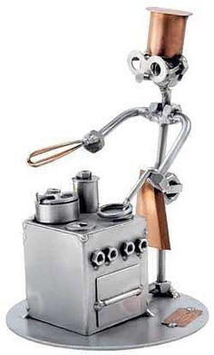 Schraubenmännchen Koch - Metallfiguren Berufe - Schraubenmann Koch - Ein Koch steht am Herd und kocht. Das Schraubenmännchen im Stahl- und Kupferdesign ist eine