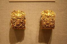 Orecchini in oro a bauletto.  Etruschi, VI sec. a.C.  N.Y. - Metropolitan Museum