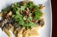 Pasta in gorgonzolasaus met kip en champignons, walnoten en salade met balsamico-dressing