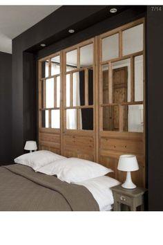 Tête de lit: Porte récup et miroir.