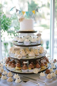 Laid back and informal cupcake wedding cakes are perfect for vow renewals. Here are 10 perfect cupcake wedding cakes for your vow renewal. inspiration.