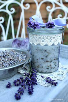 Lavendel-Kokos-Körperpeeling selbst machen. Es besteht aus Kokosöl, Zucker, Lavendelblüten und Lavendelöl. Zutaten einfach mischen - fertig ist das Peeling.