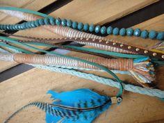Dread feito com linhas , cristais azulados, fios de couros com tachas em tons azul caribe e bege!