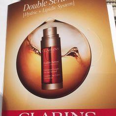 Im Test: Double Serum 7-Tage Kur von Clarins Ich habe die Double Serum 7-Tage Kur von Clarins in er Facebook-Aktion als Produkttest gewonnen. Verpackung: Die 7 Proben sind in kleinen Folie...