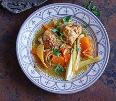 In Safran marinierte Hähnchenkeulen schmoren mit Kürbis und Fenchel, den Reis veredeln Kurkuma, Kreuzkümmel – und Berberitzen.