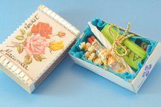 A Pocket Macumba é um amuleto para trazer boa sorte com humor, trazendo elementos do sincretismo religioso no Brasil, independente da religião de quem o carrega. Uma ótima sugestão de presente para o final do ano para a sua amiga que vai viajar ao exterior e, que talvez sinta saudades do ritual de Ano Novo daqui e, claro, para você carregar na bolsa durante o ano todo.  Contém: 1 fitinha do Bonfim, 1 vela em miniatura, 2 fósforos, flores brancas, mini pinga (totalmente inofensiva). A…