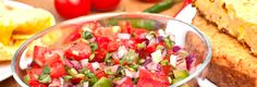 Salsa aux fraises et au piment jalapeño -  Délicieusement relevée, une salsa parfaite pour l'été! Une recette proposée par FraiseBec Salsa, Ethnic Recipes, Food, Spice, Onion, Yummy Recipes, Eten, Meals, Salsa Music