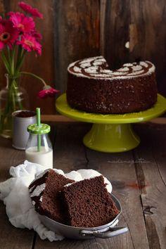 """E' una torta semplice che si prepara nello stesso stampo rotondo. alto, con un buco in centro, dotato di piedini che lo tengono sollevato dopo averlo capovolto, come per la classica chiffon. Stessa tecnica d'esecuzione, stesso stampo della chiffon cake ma con un nome diverso, appunto la """"fluffosa"""", nato dalla complicità di un gruppo di foodblogger """"le bloggalline"""". La fluffosa è una torta di seta che cresce in forno fino a diventare bella alta, altissima e tanto bella, quanto vanitosa, che…"""