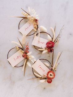 How to Make Mini Dried Floral Wreath Place Cards Diy Place Cards, Wedding Place Cards, Diy Cards, Wedding Table, Wedding Gifts, Diy Holiday Place Cards, Diy Table Cards, Fall Place Cards, Holiday Ideas