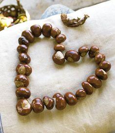 Foto: Jakob Valling. Kastanjer er yndige som pynt i hjemmet. Læs her, hvordan du laver en hjertekrans og en hjerteranke.