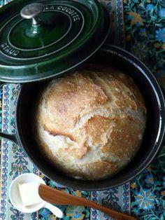 ストウブで作ったパンは、熱を外に逃がさないので、しっかりしたハード系のパンができるそうです。 表面のパリッとした感じが食欲をそそります。