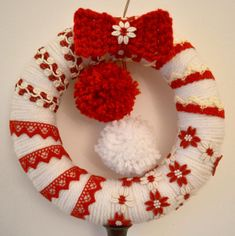 Ghirlanda di lana con pom-pons, vecchie passamanerie e fiocco a uncinetto - Wool wreath with pom-pons, vintage trims and a crochet bow Miniature Christmas, Rustic Christmas, Christmas Wreaths, Christmas Decorations, Holiday Decor, Double Door Wreaths, Mesh Wreaths, Yarn Wreaths, Diy Wreath