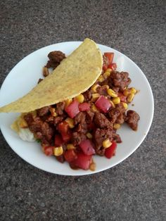 Mexicaanse Taco.  Ingredienten:  Gehakt Paprika Mais sla geraspte kaas kruidenmix water