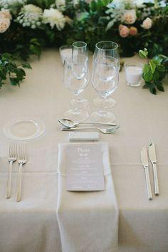 Mesas largas con guirnalda de flores.  Boda elegante organizada por Detallerie. Setting with long tables and flower garlands. Elegant wedding  by Detallerie wedding planners.