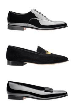 El zapato específico para esmoquin es el de cordones y de charol negro, aunque existen excepciones. Por ejemplo, en EEUU es común el zapato de charol con hebilla. Además, podemos encontrar opciones más arriesgadas, como las renovadas slippers de terciopelo, que pueden incluir algún bordado especial, y los pumps, similar a la slipper pero de charol y con un lazo de grosgrain. Un detalle importante, sea cual se nuestra elección de calzado, son los calcetines. Siempre deberán ser negros y de…