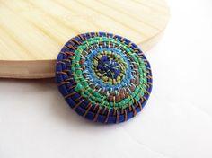 Spilla pavone verde blu azzurro marrone in tessuto ricamo folk girellone filo e colori di ila riciclo