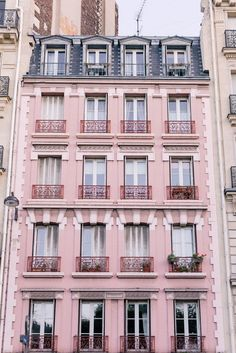 jolie architecture rose-rose en cours de route. . . Paris