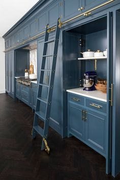 Astonishing Built Kitchen Pantry Design Ideas - TRENDHMDCR There are two very important options that should be considered in every large kitchen pantry cabinet design. Kitchen Built Ins, Kitchen Pantry Design, Kitchen Pantry Cabinets, Modern Kitchen Design, Home Decor Kitchen, Kitchen Interior, Home Kitchens, Upper Cabinets, Kitchen Ideas