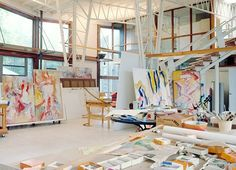 In the early 1960s Abstract Expressionist Willem de Kooning and his wife, Elaine, also an artist, decided to move to East Hampton, New York, where they had on occasion been weekend guests of Jackson Pollock. This photo, part of a spread in Architectural Digest, shows the organized chaos of this artist's workplace, and his approach to painting.