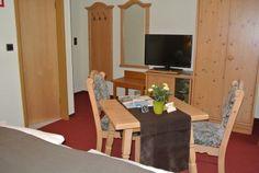 Die geräumigen Zimmer sind über drei Etagen verteilt und sind mit hellen Naturholzmöbeln ausgestattet Das Hotel, Restaurant, Furniture, Home Decor, Wine Bars, Rustic, Timber Wood, Decoration Home, Room Decor