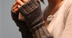 I forfjor (høsten 2009) strikket jeg noen helt enkle pulsvanter til meg selv. Jeg hadde strikket en lue og fikk garn til overs - og det v... Absolutely Fabulous, Fingerless Gloves, Arm Warmers, Threading, Fingerless Mitts, Fingerless Mittens