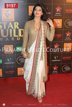 Jacqueline Fernandez went desi in an Anand Kabra sari which she wore wih a long golden blouse at the Star Guild Awards Lehenga Sari, Saree Dress, Anarkali, Saree Draping Styles, Saree Styles, Blouse Back Neck Designs, Saree Blouse Designs, Golden Blouse Designs, Indian Dresses