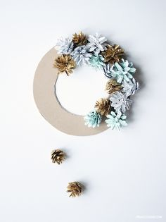 Pinjacolada: DIY Christmas wreath www. : Pinjacolada: DIY Christmas wreath www.c … Pinjacolada: DIY Christmas wreath www. Christmas Pine Cones, Artificial Christmas Wreaths, Christmas Wreaths To Make, Christmas Crafts For Gifts, Christmas Deco, Craft Gifts, Pine Cone Art, Pine Cone Crafts, Diy Wreath
