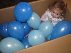 Dit spel is ideaal voor een doosmoment . Je steekt ballonen in een doos en de peuters kunnen dan experimenteren met de ballonen . Ze kiezen zelf wat ze ermee willen doen .