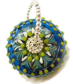Sehr aufwändig handgewickelte Glasperle in Blütensternform. Für eine solche Perle benötigt man gut und gerne eine Stunde, bis Lage für Lage aufgetrage