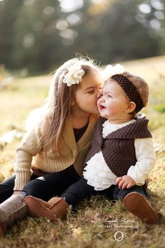 sisters kisses: family photography