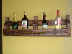 Suporte de parede para garrafas, revistas, etc. feito em pallet, medindo 86cm de comprimento e 26cm de altura. Consulte cores disponíveis.