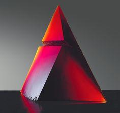 Stanislav Libenský (s. 1921) ja Jaroslava Brychtová (s. 1924).    Tšehhi klaasikunstnikud. Libenský Brychtová, Red Pyramid, 1993, red glass melted in a mold, 122 x 84 x 29 cm