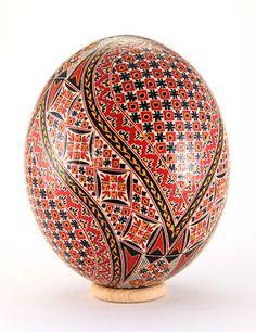 Straußenei (Wachstechnik) Cool Easter Eggs, Ukrainian Easter Eggs, Ukrainian Art, Egg Shell Art, Carved Eggs, Easter Egg Designs, Russian Folk Art, Faberge Eggs, Egg Art