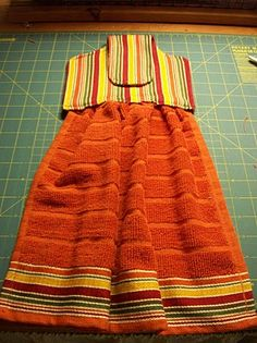 Hanging Kitchen Towel, couldn't find a tutorial, but liked the idea of using coordinating towels.