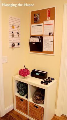 Create a command center to organize your entryway -- such a great idea, and it only takes up a small space! I like this, but I don't really have an entryway to put it in! Maybe in my bedroom or the corner of my dining room by my kitchen? Command Center Kitchen, Family Command Center, Command Centers, Halls Pequenos, Family Organizer, Shoe Organizer, Organization Hacks, Entryway Organization, Entryway Storage