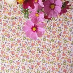 Tissu voile de coton fleurs vieux rose [grand coupon] via un lundi ordinaire. Click on the image to see more!
