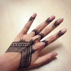 Diseño inspirado en los tatuajes tradicionales henna orientales. ¡Necesito uno ya!