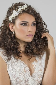 Curly Wedding Hair, Bridal Hair, Prenup Ideas Nature, Curly Hair Styles, Natural Hair Styles, Wedding Make Up, Wedding Hairstyles, Wigs, Bride