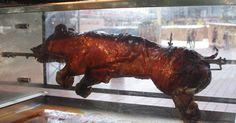 Como assar um porco no espeto. Você tem uma multidão para alimentar e um porco, mas faltam os (no início de 2010) R$ 830 a R$ 2836 para comprar equipamentos especializados para assar o porco. Sem problemas. Por meio de um simples procedimento, é possível construir um espeto. Espetos são hastes que seguram a carne acima do fogo e existem em madeira ou aço inoxidável. Eles são ...