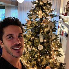 "♪𝑁𝑖𝑘𝑜𝑠 𝑂𝑖𝑘𝑜𝑛𝑜𝑚𝑜𝑝𝑜𝑢𝑙𝑜𝑠♪ on Instagram: ""@nikos_oikonomopoulos_official Χρόνια πολλά,Καλά Χριστούγεννα και καλές γιορτές σε όλους!✨🎄❤️ #nikosoikonomopoulos#nikos#oikonomopoulos…"""