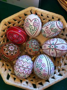 Bossiertechnik sorbische easter eggs herforragender look Egg Crafts, Easter Crafts, Egg Shell Art, Egg Tree, Easter Egg Designs, Diy Ostern, Ukrainian Easter Eggs, Easter Traditions, Coloring Easter Eggs