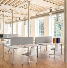 Faites-vous partie de ceux qui ont récemment installé un bureau à la maison ? Que ce soit pour y travailler tous les jours ou occasionnellement, il est important de trouver une chaise confortable qui se mariera au mobilier existant de la pièce et créera ainsi un décor harmonieux. Dans cette idée, nous vous proposons aujourd'hui la chaise Noa de Pedrali. Celle-ci allie élégance et confort. Disponible revêtue de tissu ou de cuir. White Desk Office, Office Table, Office Chairs, Modern Desk Chair, Swivel Office Chair, Elegant Home Decor, Elegant Homes, Office Furniture, Furniture Design