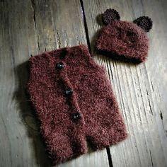 Conjunto confeccionado em crochê em fio importado super macio  Tamanhos RN/1 a 3/3 a 6 meses  Tamanhos 6 a 9/9 a 12 meses $99,00  Cor marrom