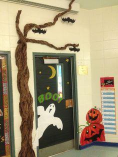 Halloween classroom door More Más