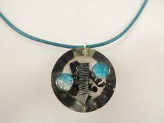 Collier la fusée entre deux planètes bleues, en résine, copeaux d'acier, perles @long-nathalie : Collier par long-nathalie