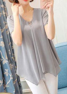 Asymmetric Hem V Neck Short Sleeve Grey Blouse Trendy Tops For Women, Blouses For Women, Women's Blouses, Blouse Styles, Blouse Designs, Rock Dress, Navy Blue Dress Pants, Grey Blouse, Mode Hijab