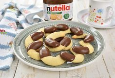Half-moon cookies with vanilla and Nutella Nutella, Moon Cookies, Mini Pavlova, Choux Pastry, No Cook Desserts, Cereal, Gem, Fruit, Cooking