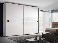 Para que puedas disfrutar de tu zona de almacenaje de tendencia, este nuevo armario moderno a medida con puertas correderas es perfecto para tu espacio, con acabados en blanco lacado y nogal americano.